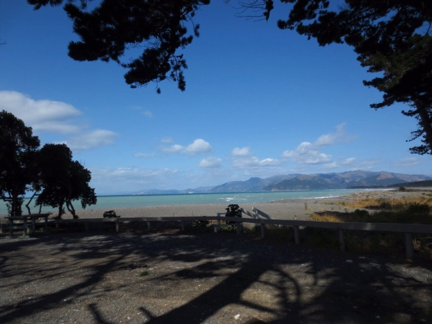 Having breakfast at a windy beach off the road between Kaikoura and Christchurch