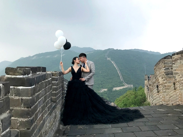 Wedding shoot at the Great Wall. How beautiful is this? <3